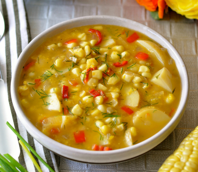 This easy corn chowder highlights the sweet taste of summer corn anytime of the year. A delicious combination of corn, golden potatoes, red pepper and dill. (#vegan) ordinaryvegan.net