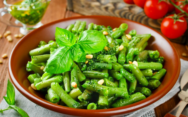 Summer vegetables deserve a space at your picnic table. Like this fresh string beans recipe that is garnished in a basil pesto with a touch of lemon zest. (#vegan) ordinaryvegan.net