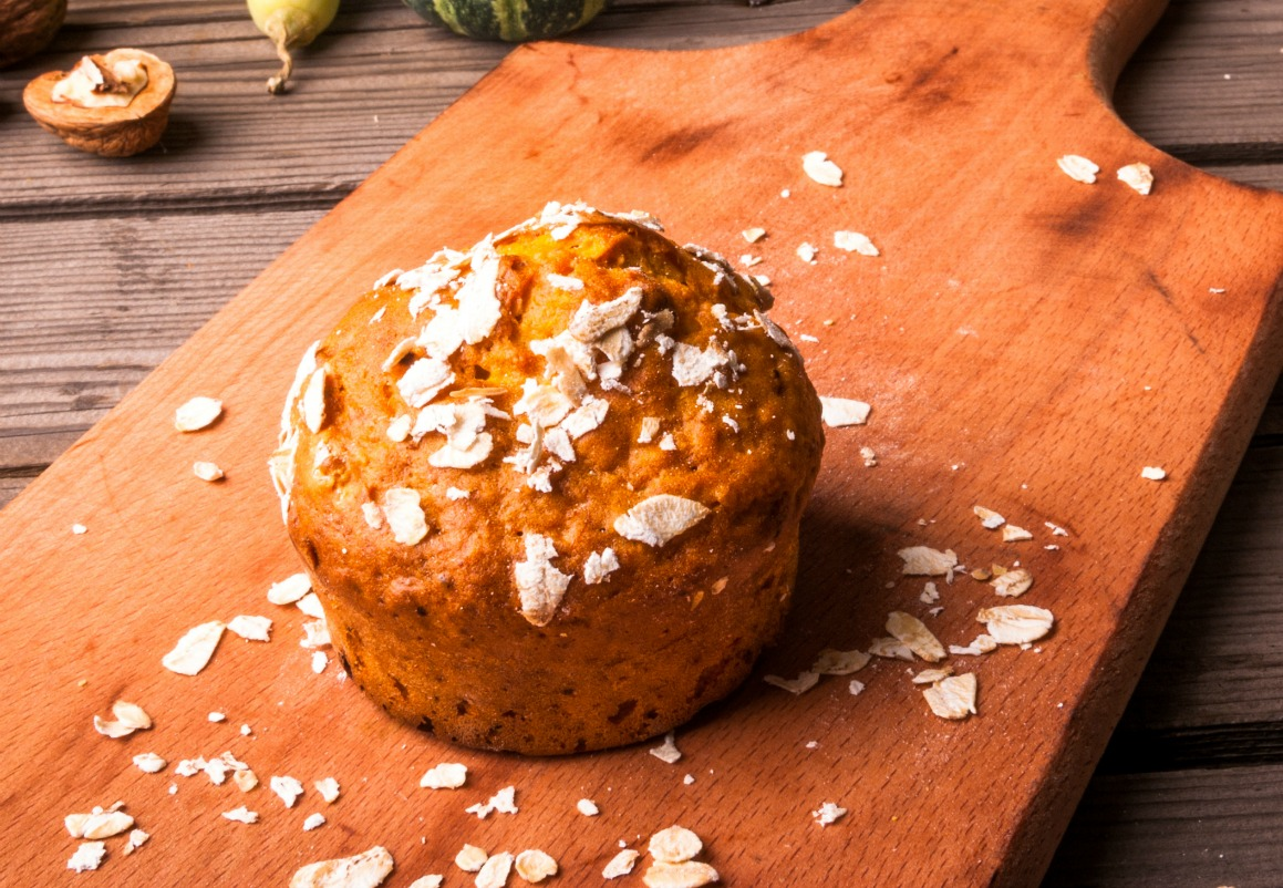 These healthy pumpkin muffins not only moist and delicious, they are also oil, flour, dairy and gluten free. A perfect prep-ahead breakfast or fall snack. (#vegan) ordinaryvegan.net